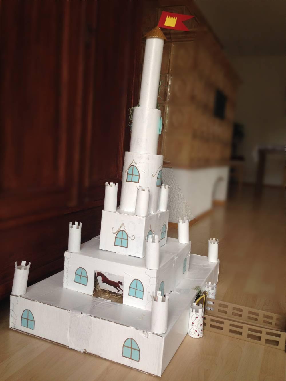 Eine Burg aus Karton und Toilettenpapierrollen basteln